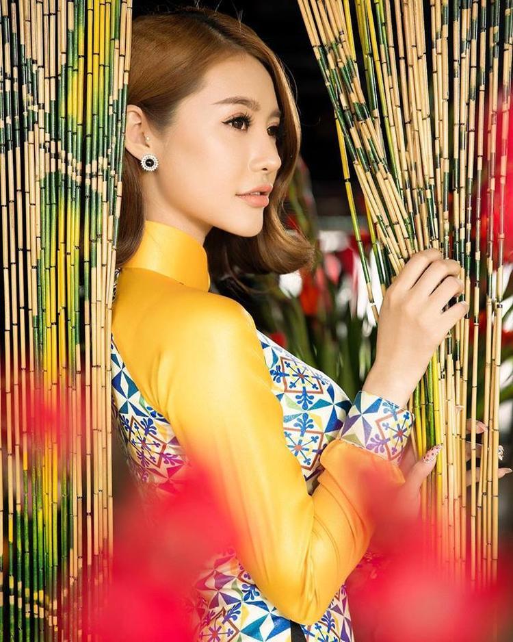 Trong tà áo dài dịu dàng, thanh tao, kín đáo mà vẫn gợi cảm tới ngây người chỉ có thể là Linh Chi. Những quý cô trong tà áo truyền thống có thể được coi là những hình ảnh đẹp, trang nhã và giàu cảm xúc nhất.