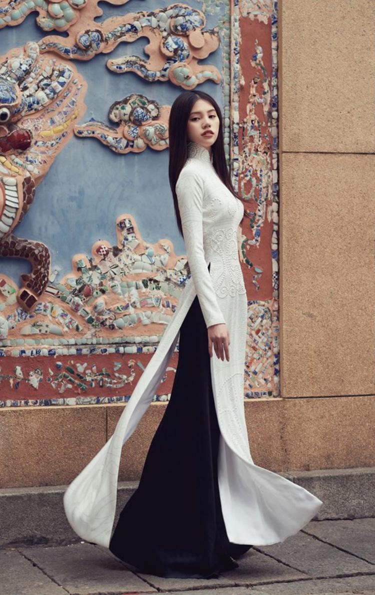 Hoa hậu Jolie Nguyễn cũng là người đẹp thường xuyên xuất hiện trên thảm đỏ với phong cách hở bạo. Nhưng đôi lúc người đẹp bất ngờ kín đáo với tà áo dài thướt tha.