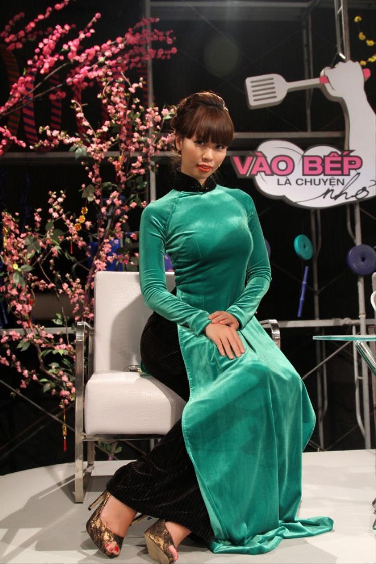 Siêu mẫu Hà Anh là chân dài Việt có body đẹp nhất làng mốt nên việc ăn diện hở bạo vốn là sở trường để khoe chỉ số vàng cơ thể. Song cũng có lúc cô ăn diện kín đáo trong tà áo dài như thế này đây.