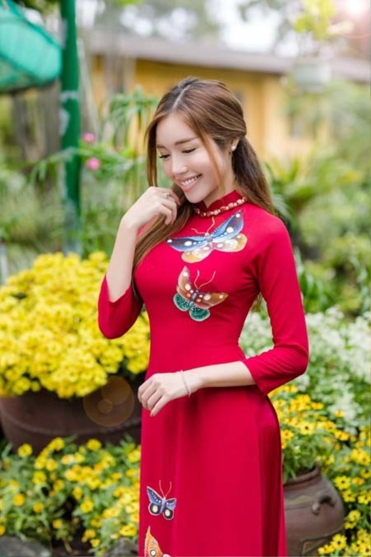 Tuy nhiên vì số đo ba vòng quá đỗi nóng bỏng nên dù khá kín đáo nhưng Elly Trần vẫn quyến rũ sexy.