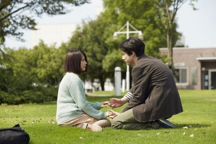 Câu chuyện tình yêu giữa một thầy giáo trung học và một cô sinh viên đại học.