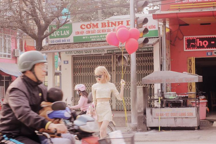 """""""Taylor phiên bản Việt Nam"""" dạo phố dịp đầu xuân khiến bao người mê mẩn."""