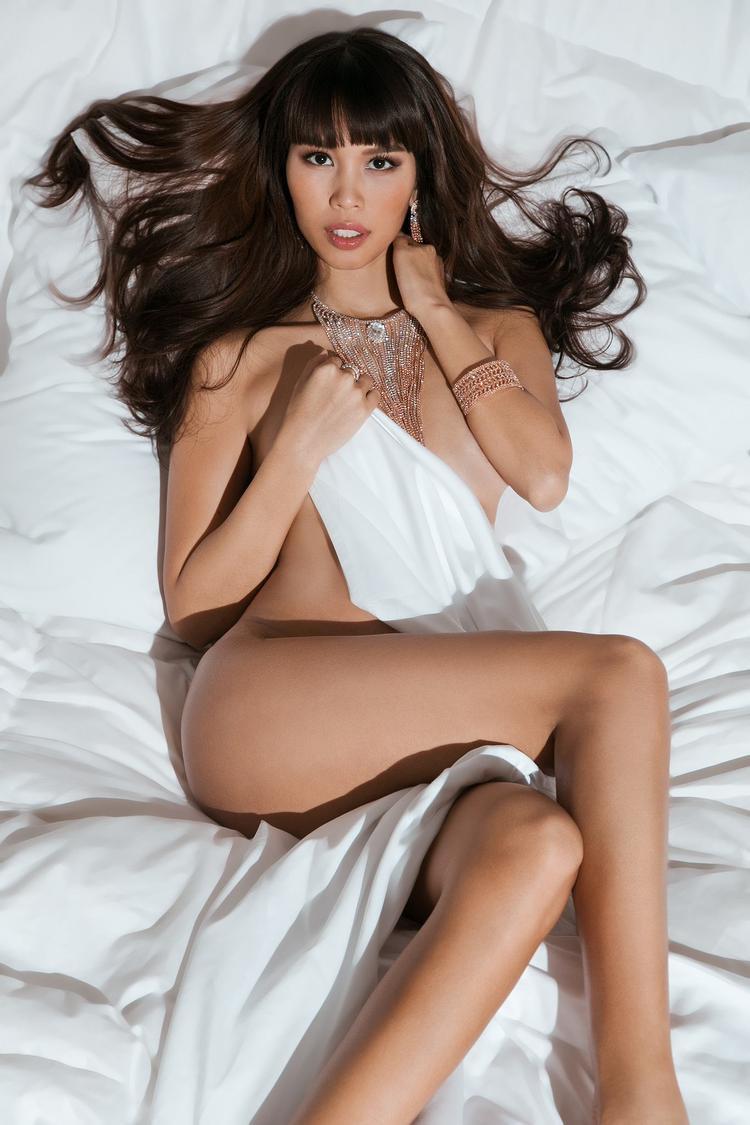 """Lấy cảm hứng từ hình ảnh của siêu mẫu Cindy Crawford trên W Magazine vàcựu """"thiên thần nội y"""" của Victoria's Secret- Gisele Bundchen, siêu mẫu Hà Anh xuất hiện đầy mê hoặc trong bộ hình mới trong ngày tình yêu Valentine."""