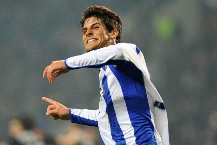 """Tiền đạo: Goncalo Paciencia (Porto, năm sinh: 1994). Trong số các cầu thủ tuổi Tuất thi đấu ở vị trí tiền đạo cắm hiện nay, Paciencia được xem là gương mặt tiêu biểu nhất. Với 10 bàn thắng và 6 pha kiến tạo sau 26 trận đã qua ở mùa giải này, cầu thủ 23 tuổi đang được xem là """"chủ công"""" của Porto."""