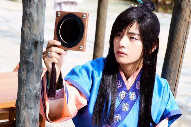 Nam diễn viên Hwarang thu hút mọi fan nữ với vẻ đẹp điển trai của mình.
