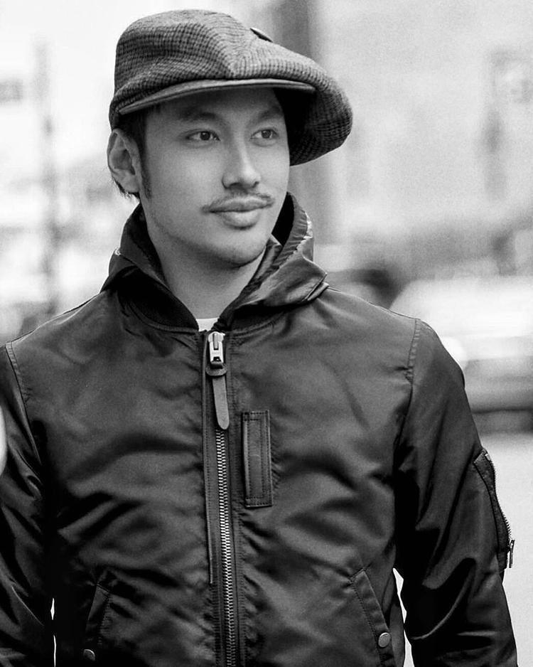 """Lý Quý Khánh diện áo jacket nam tính với layer là một chiếc áo mỏng bên trong. Không xuất hiện với nhiều item """"hầm hố"""" như mọi khi nhưng nhìn nhà thiết kế vẫn sang chảnh và đầy khí chất."""
