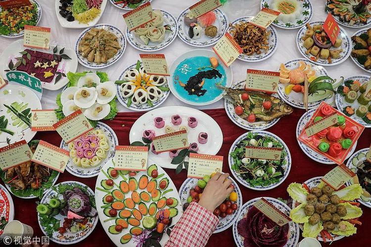 Bữa tiệc tất niên năm nay được tổ chức vào ngày 9/2, quy tụ hơn 40.000 gia đình và 13.200 món ăn do chính những người tham gia kỳ công chuẩn bị.