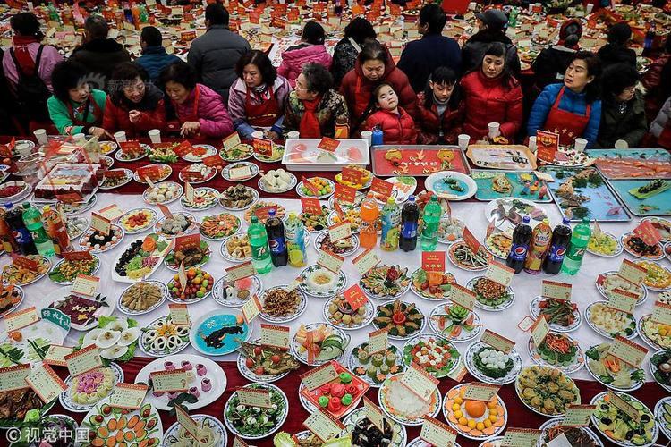 Bữa tiệc thịnh soạn này là sự kiện thường niên do cộng đồng ngườiBaibuting, sinh sống tại quận Giang Ngạn, thành phố Vũ Hán, tỉnh Hồ Bắc, Trung Quốc tổ chức.