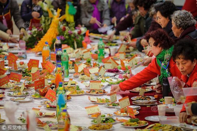 Điều đặc biệt là các món ăn đều do người dân ở cộng đồng Baibuting ở Vũ Hán, thủ phủ tỉnh Hồ Bắc, tự làm và mang đến góp vui.