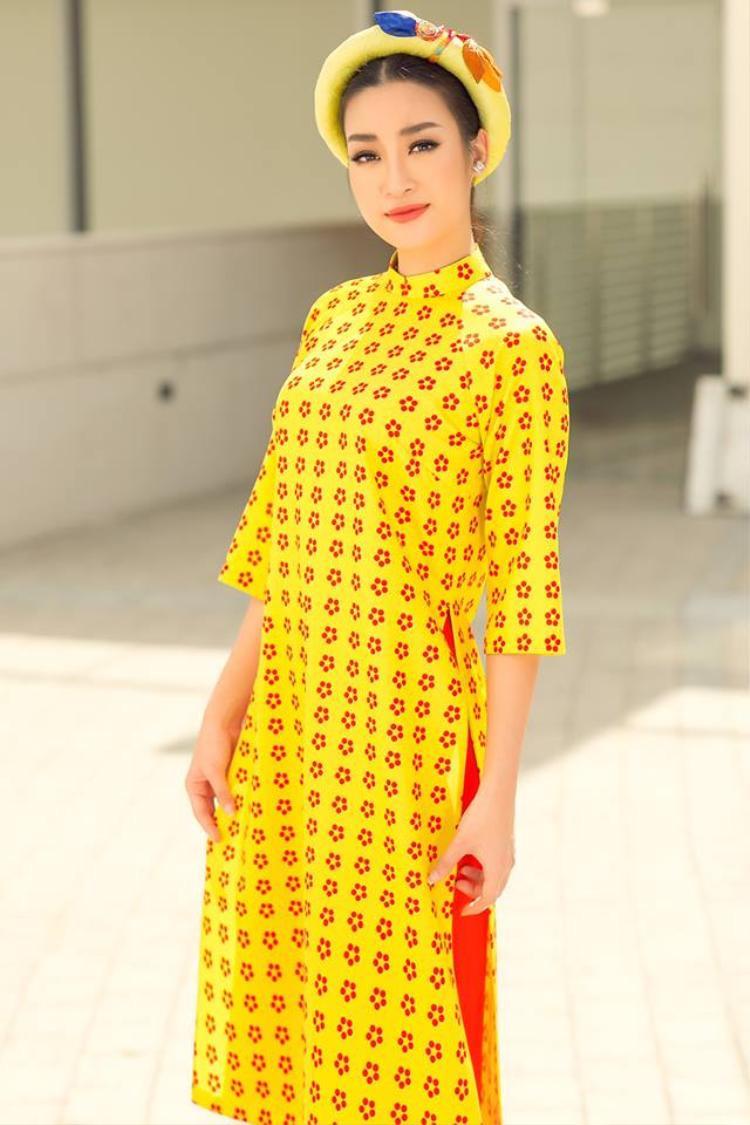 Với kích thước vừa phải, màu sắc nổi bật, các chiếc mấn này sẽ là điểm nhấn sáng giá của người mặc khi xuống phố.