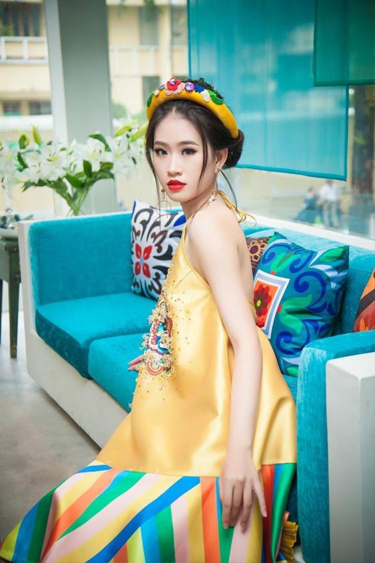 Không nhất thiết phải diện áo dài, cách đội mấn này cũng rất hợp với các kiểu váy suông, áo yếm… mang hơi hướng truyền thống.