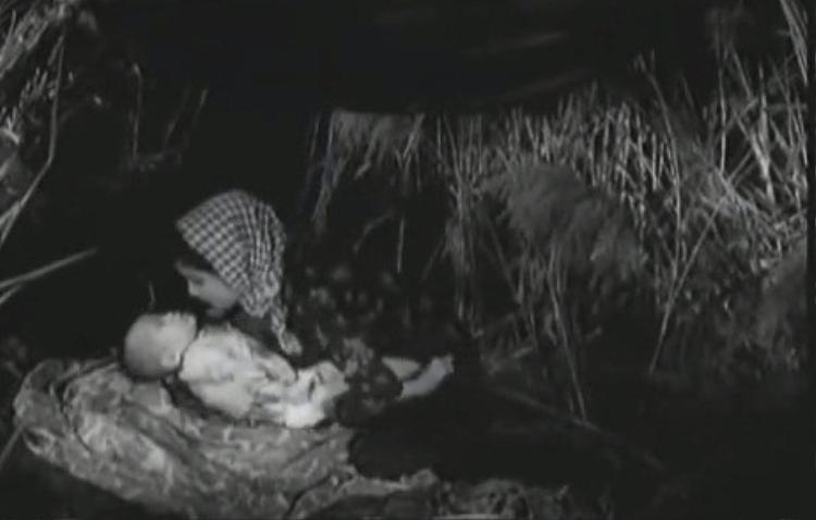 Ngoài ra, khăn rằn cũng là một biến thể của mũ mấn, được kết tinh giữa chiếc khăn vấn của người Việt cùng với khăn rằn của người Khmer. Nhưng khác với màu đỏ của người Khmer, khăn của người Việt có màu đen xen trắng. Khăn thường dài 1m2, rộng cỡ 40-50 cm, có thể dùng để cột đầu, cột ngay cổ…