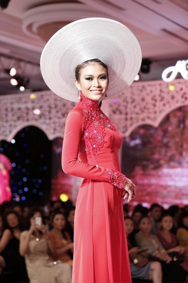 Ngày nay, mấn đã trở thành một phụ kiện quen thuộc, được xuất hiện rất nhiều trên các sàn diễn thời trang.