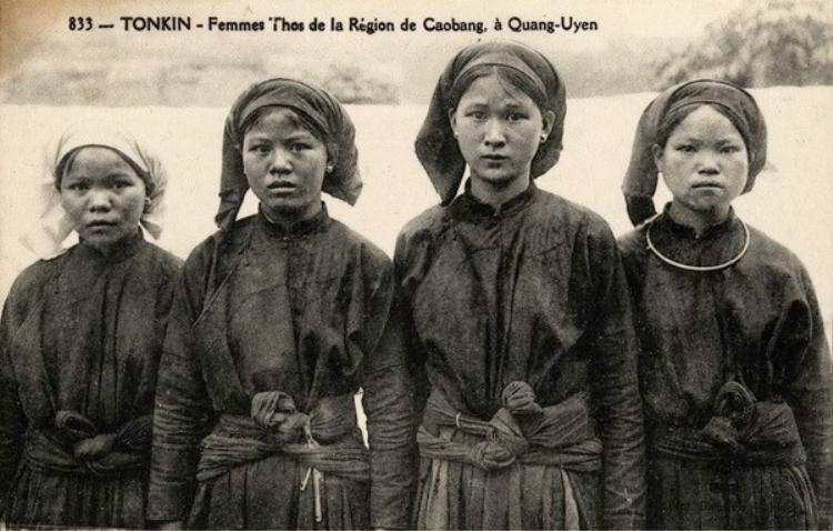 Nếu khăn rằn là nét đặc trưng của người miền Nam thì khăn mỏ quạ lại là một chi tiết đặc biệt của người miền Bắc, được phổ biến từ những năm 1920 và có nhiều biến thể, cách quấn khác nhau theo từng vùng, miền đất nước.