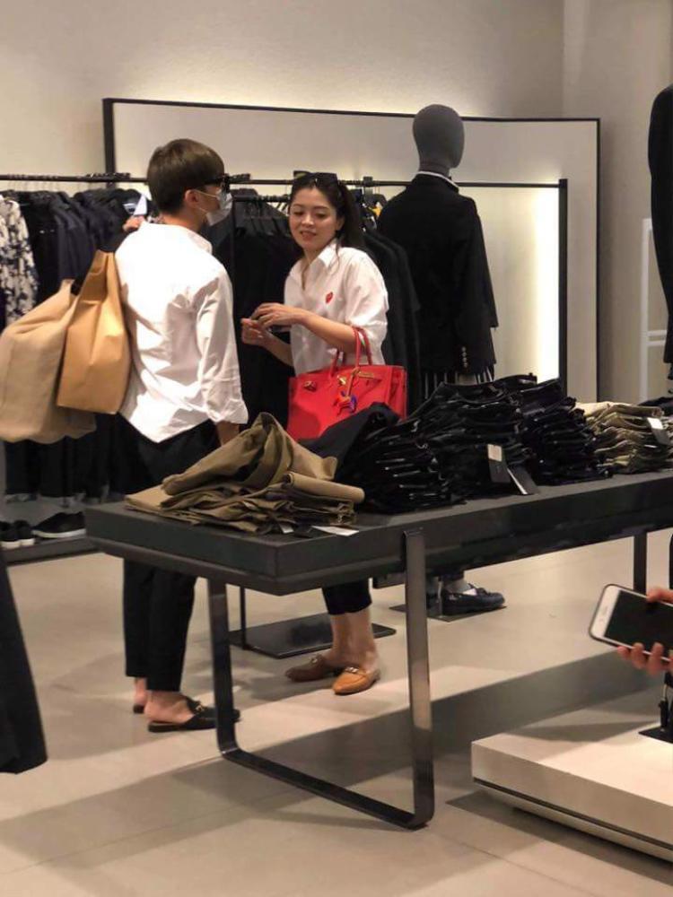 Soobin Hoàng Sơn bị bắt gặp đi cùng người được cho là bạn gái tin đồn.