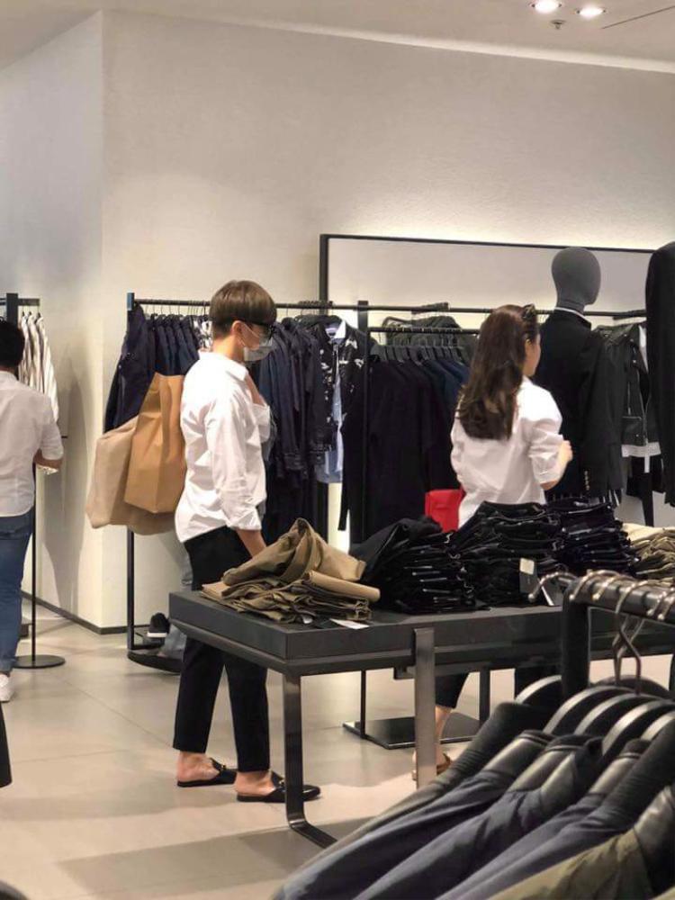 Cả hai diện đồ đôi đi mua sắm ở một trung tâm thương mại.