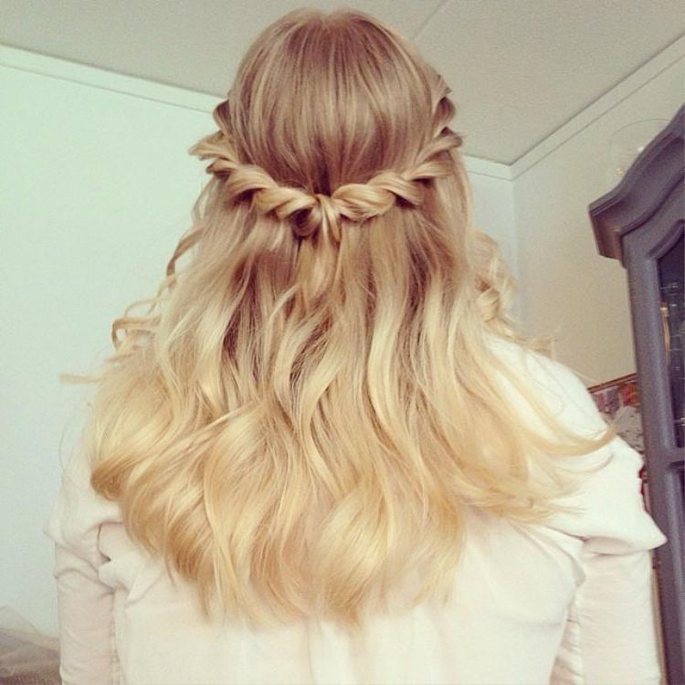 Không chỉ để diện ba ngày Tết, đây cũng là kiểu tóc có thể dễ dàng ứng dụng trong các hoạt động thường ngày. Xu hướng năm nay là tết bím nhẹ nhàng, sau đó cào nhẹ cho phần tóc được bung ra một cách tự nhiên.