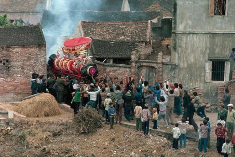 Một đám rước ở làng quê Việt Nam năm 1989.