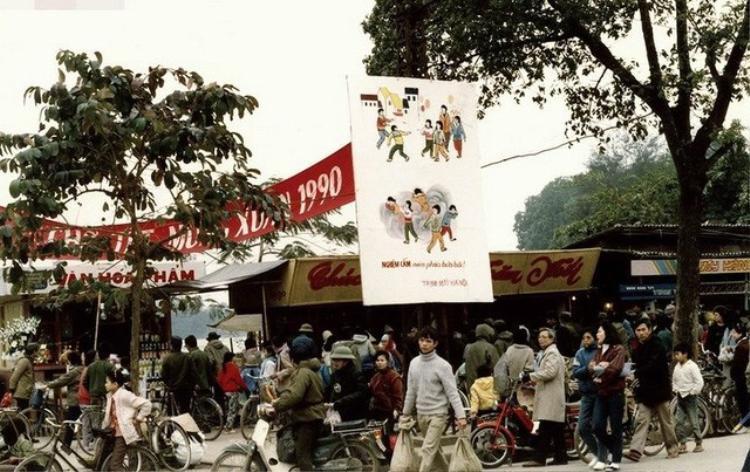 Một góc chợ Tết ở Hà Nội năm 1990.