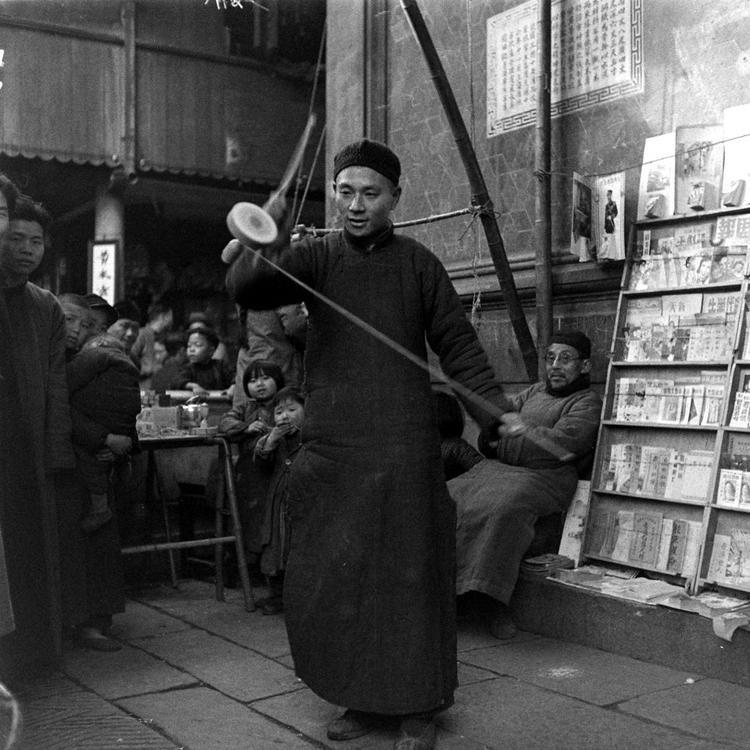 Người đàn ông đang biểu diễn trò chơi dân gian tại chợ Tết.