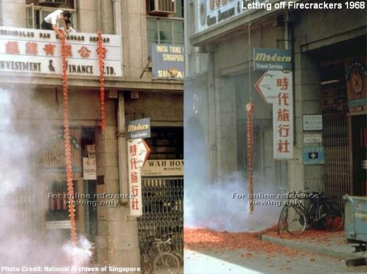 Người dân Singapore đốt pháo chào đón năm mới 1968.