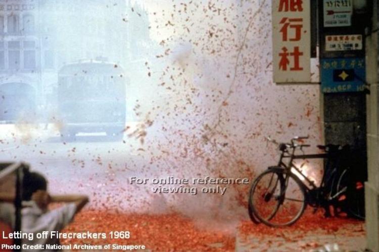 Vỏ pháo phủ đỏ khắp con đường ở Singapore trong dịp Tết năm 1968.