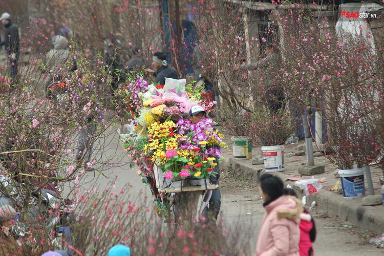 Không chỉ phục vụ hoa tươi, một số tiểu thương còn bán hoa giả.