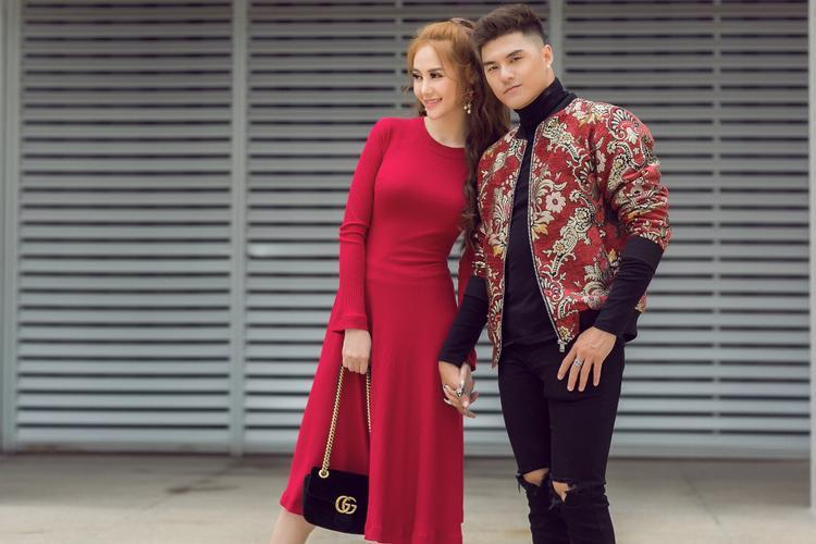Linh Chi lựa chọn diện bộ váy đỏ rực hợp với không khí những ngày xuân trong khi Lâm Vinh Hải cũng nổi bật không kém với áo khoác bomber họa tiết gấm.