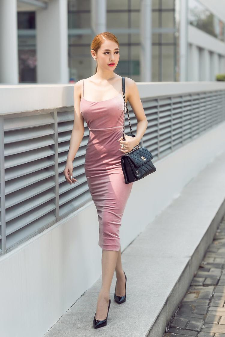 Phải công nhận, Linh Chi quả là một người đẹp chịu chi, cô nàng tiếp tục khoe chiếc túi Chanel có giá hơn cả trăm triệu đồng.