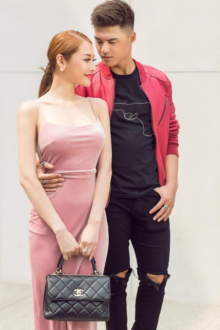 Linh Chi khoe khéo vóc dáng chuẩn mực trong bộ váy hồng ôm sát, cả hai lại tiếp tục thể hiện những tạo dáng thân mật trước ống kính.