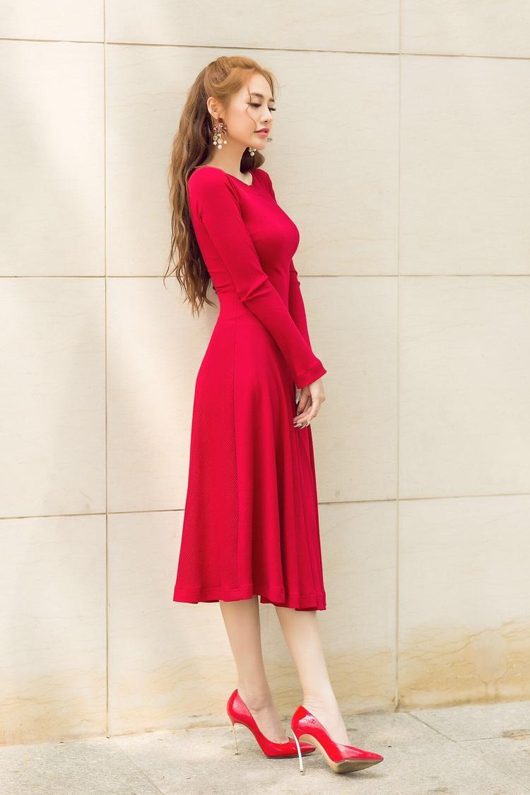 Giày cao gót đỏ cũng được người đẹp sử dụng, đem đến vẻ ngoài hoàn hảo.