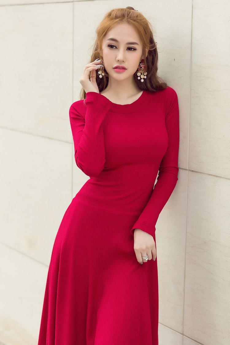 Với bộ váy đỏ nổi bật , cô nàng phối cùng hoa tai bản to nhằm tăng vẻ cá tính.