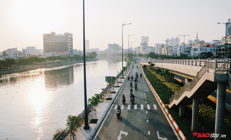 Sài Gòn hôm 30 Tết: Là những đường phố dọc sông Sài Gòn trở mình vắng lặng, không khói bụi, không ồn ào. Giờ đây, người tha phương đã trở về quê đón Tết, thành phố này trả lại đấy cho người Sài Gòn đó.