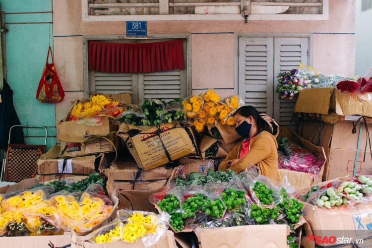 Sài Gòn hôm 30 Tết: Là 3h chiều, chị hàng hoa đã mệt lã vì công việc đuề huề. Nghỉ một chút xíu thôi, rồi chị lại tất bật đến hết ngày hôm nay mới nghỉ Tết.