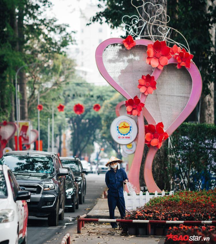 Sài Gòn hôm 30 Tết: Là anh công nhân vẫn đang làm việc vào ngày cuối cùng của năm. Có những nghề thì ngày nghỉ của mọi người vẫn là ngày làm việc của họ. Bởi lẽ, hoa thành phố cũng cần người chăm mỗi ngày.