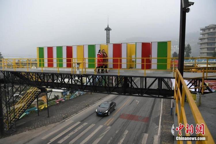 Sẽ không có gì đáng nói ngoài việc chúng được xây dựng ngay trên cầu đi bộ.