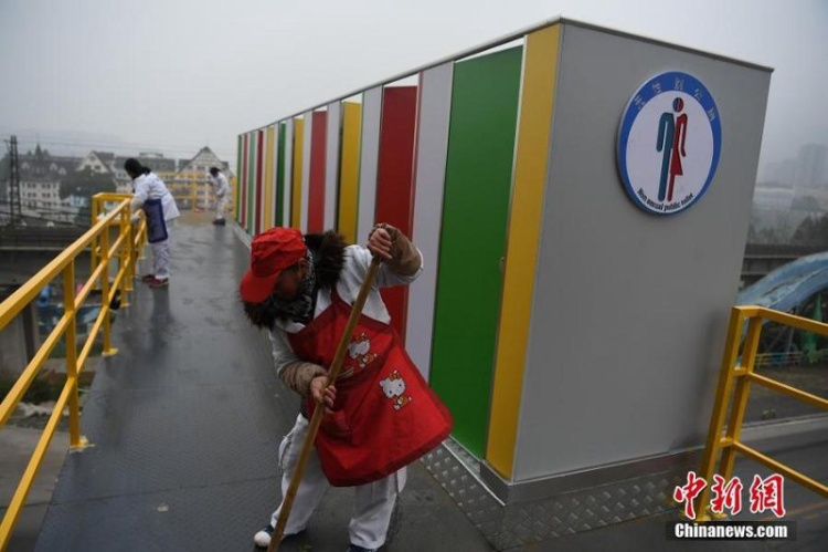 Những nhà vệ sinh được sơn màu sắc sặc sỡ và không phân biệt giới tính và thường xuyên có nhân viên lui tới dọn dẹp.
