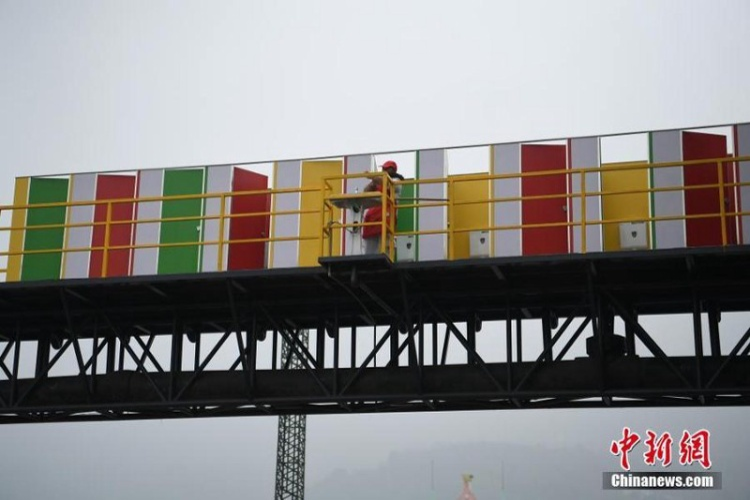 """TheoChinaNews, nhà vệ sinh trên cầu được hoàn thành trước kỳ nghỉ lễ hội mùa xuân tại Trung Quốc để du khách không phải phân vân khi """"nỗi buồn"""" tới."""
