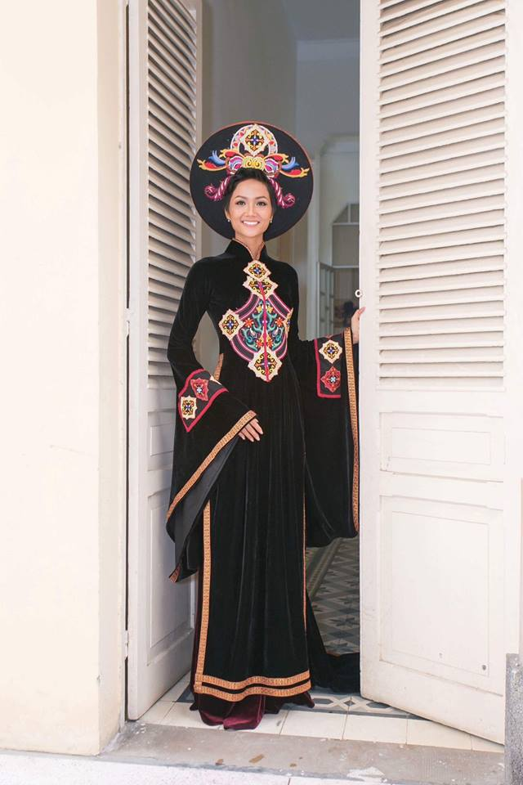 Ngày 27/1, H'Hen Niê tham gia chương trình tri ân các nữ biệt động Sài Gòn - Chợ Lớn - Gia Định tại TP.HCM. Người đẹp diện quốc phục là kỷ vật được gửi tặng cho Bảo tàng Phụ nữ Nam Bộ.