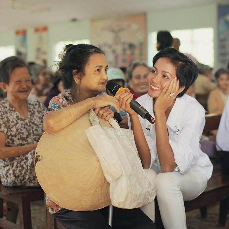H'Hen Niê giản dị giao lưu cùng các cụ già nghèo khó, neo đơn trong một chương trình thiện nguyện do cô làm gương mặt đại diện.