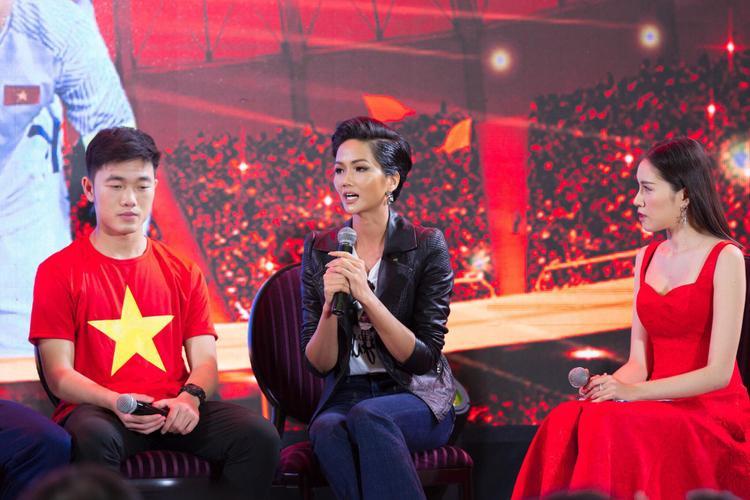"""Ngày 2/2, Hoa hậu H'Hen Niê có buổi giao lưu cùng các cầu thủ của đội tuyển U23 Việt Nam sau khi """"những chú rồng vàng"""" làm nên chiến tích vang dội tại AFC 2018."""