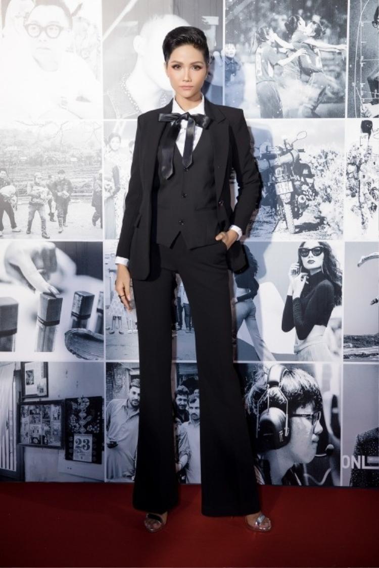 Trong một sự kiện trao giải cho những người truyền cảm hứng, H'Hen Niê khiến công chúng thích thú khi diện vest đen nam tính khác hẳn phong cách thường ngày.