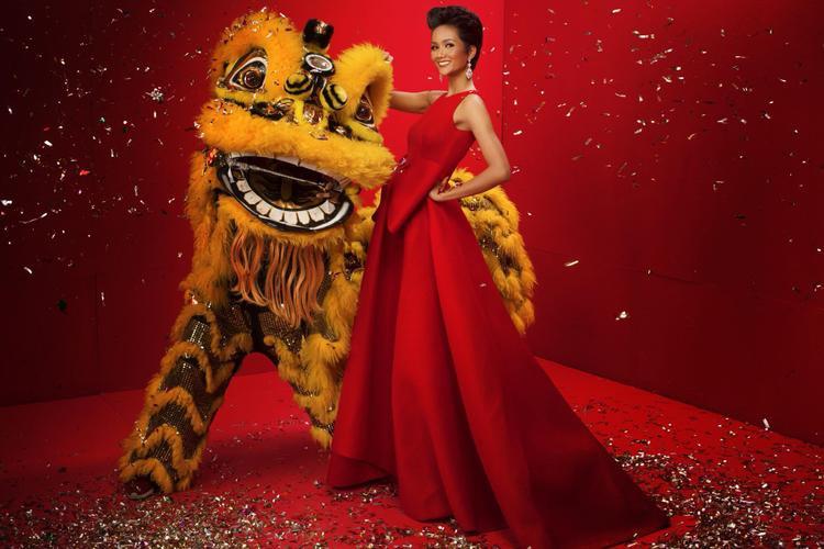H'Hen Niê rạng rỡ trong bộ ảnh đón chào đón năm mới. Tân Hoa hậu Hoàn vũ Việt Nammuốn gửi lời tri ân đến khán giả đã luôn ủng hộ, dõi theo hành trình trong năm qua. Cô cũng hy vọng những dự án, hoạt động trong năm 2018 sẽ tiếp tục nhận được sựquan tâm từ phía công chúng.