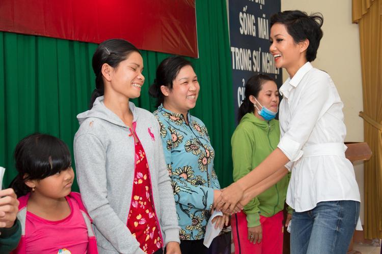 Ngày 12/2, Hoa hậu H'Hen Niê có chuyến đi từ thiện tại tỉnh Long An nhân dịp Tết Nguyên đán 2018. Mặc dù chỉ còn vài ngày nữa là bước sang năm mới, người đẹp 26 tuổi vẫn dành thời gian đến với những mảnh đời khó khăn, cần được sẻ chia.