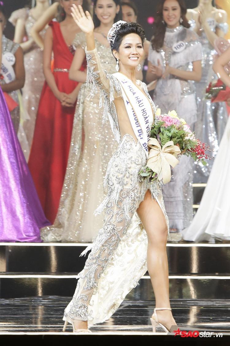 """Tối 6/1, vượt qua hơn 40 người đẹp, H'Hen Niê đăng quang Hoa hậu Hoàn vũ Việt Nam 2017 trong sự bất ngờ của khán giả. Cô là thí sinh người dân tộc Ê Đê đầu tiên giành được chiếc vương miện danh giá ở """"đấu trường"""" sắc đẹp uy tín nhất nước trong năm qua."""