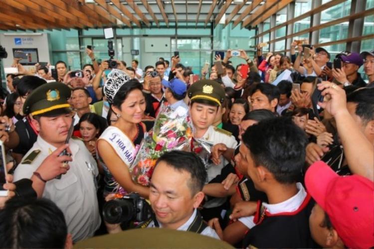 Trưa 22/1, H'Hen Niê về thăm quê nhà Đắk Lắk sau hơn 2 tuần đăng quang Miss Universe Vietnam 2017.Ngay khi đáp xuống sân bay, người đẹp Ê Đê bật khóc nức nở khi được gặp lại bố mẹ, người thân trong gia đình cũng như vô cùng xúc động trước tình cảm mà người dân ở quê nhà dành cho cô trong suốt thời gian qua.