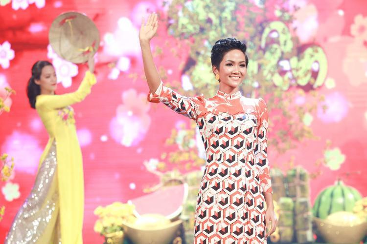Sau chuyến về thăm quê, H'Hen Niê có buổi trình diễn trong một chương trình tôn vinh về áo dài truyền thống. Đây là lần đầu tiên người đẹp catwalk sau khi đăng quang Hoa hậu Hoàn vũ Việt Nam.