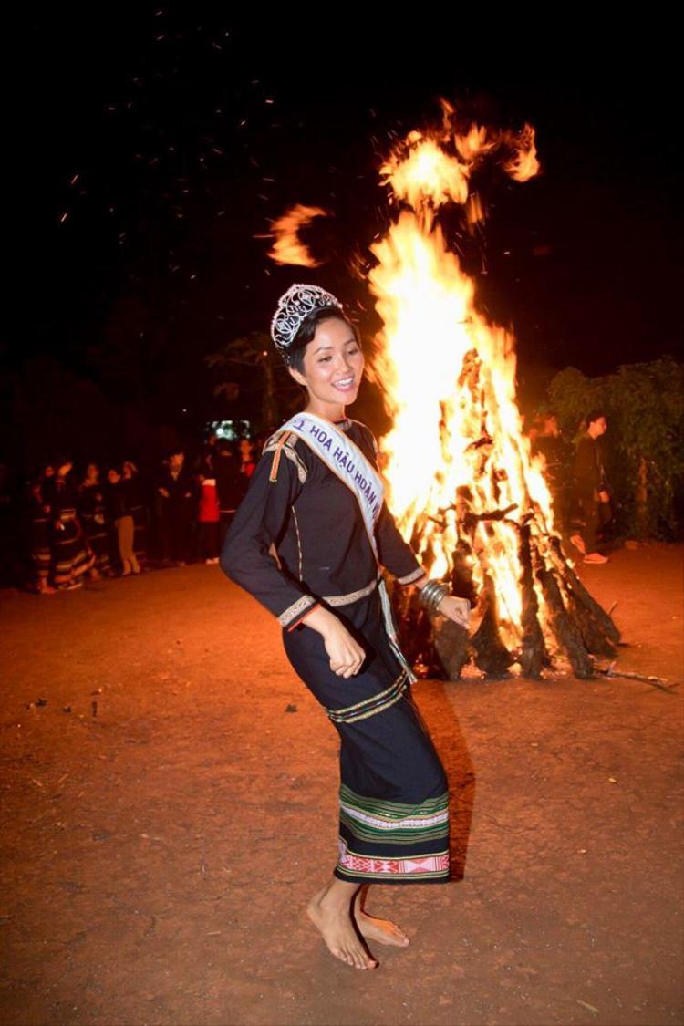 H'Hen Niê nhảy múa cùng buôn làng khi được về thăm gia đình.