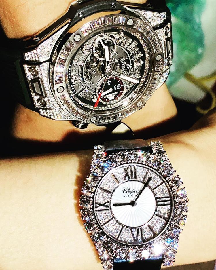 Ca sĩ Lệ Quyên hồ hởi khoe hai chiếc đồng hồ kim cương đắt giá từ Hublot và Chopard. Sự lấp lánh từ những viên kim cương sang chảnh khiến cho nữ ca sĩ cảm thấy vô cùng thích thú.