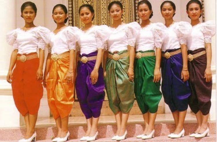 Trang phục truyền thống của Campuchia có nhiều nét tương đồng với trang phục của Lào và Thái Lan, thường được mặc trong những dịp lễ tết quan trọng.